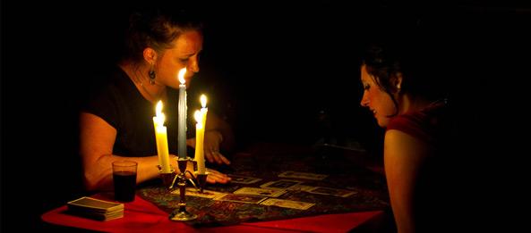 Kann ein Kartenleger oder Hellseher die Gedanken 3. Personen lesen?