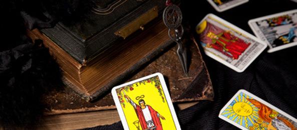 Was ist der Unterschied zwischen Rider Waite Tarot und Crowley Tarot?