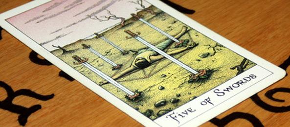 Tarotkarte – 5 der Schwerter